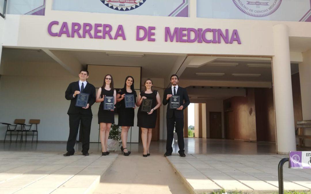 GRADUACIÓN DE 5 FLAMANTES MÉDICOS CIRUJANOS EN FCM.-